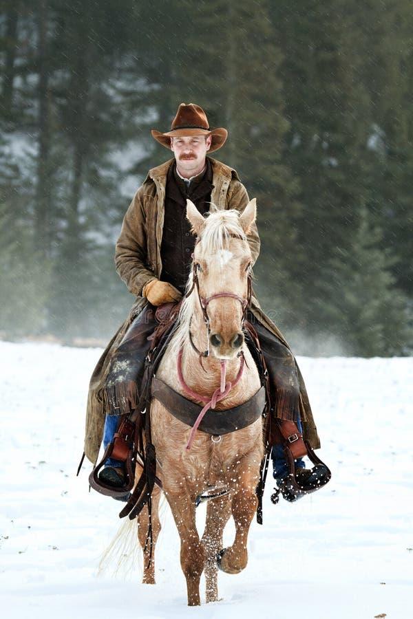 L'équitation d'agent de maîtrise de ranch de nouveau au ranch après de dures journées fonctionnent images libres de droits