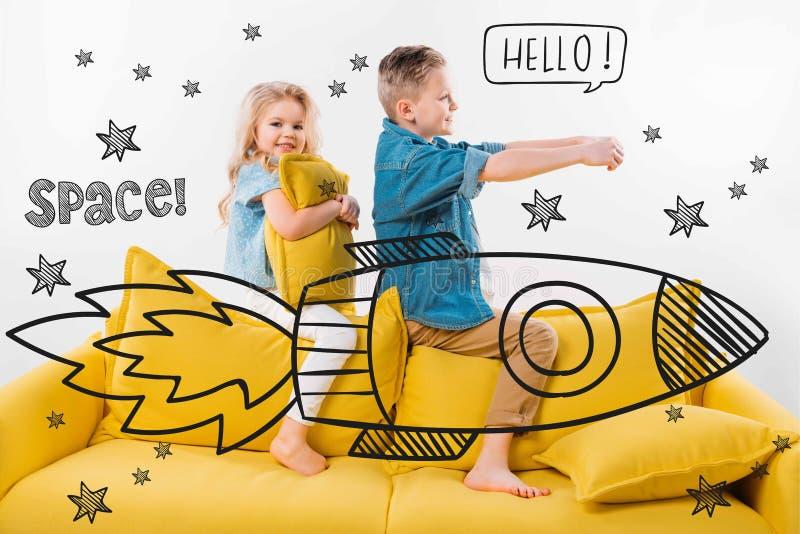l'équitation de frère et de soeur dessinée montent en flèche dans l'espace tout en se reposant sur le sofa illustration de vecteur