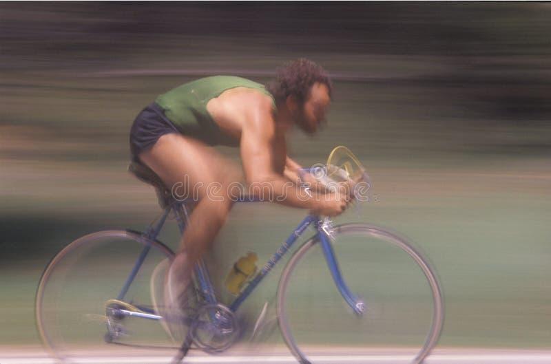 L'équitation mâle de cycliste jeûnent images stock