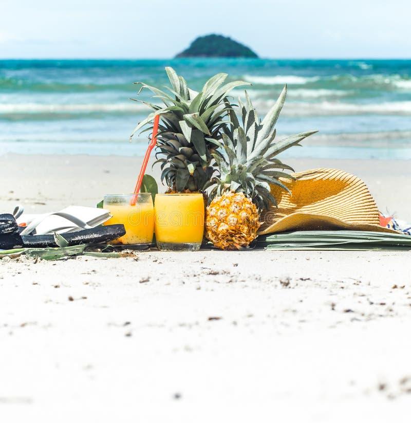 L'été boit toujours avec le fruit sur la plage, la vie exotique photographie stock
