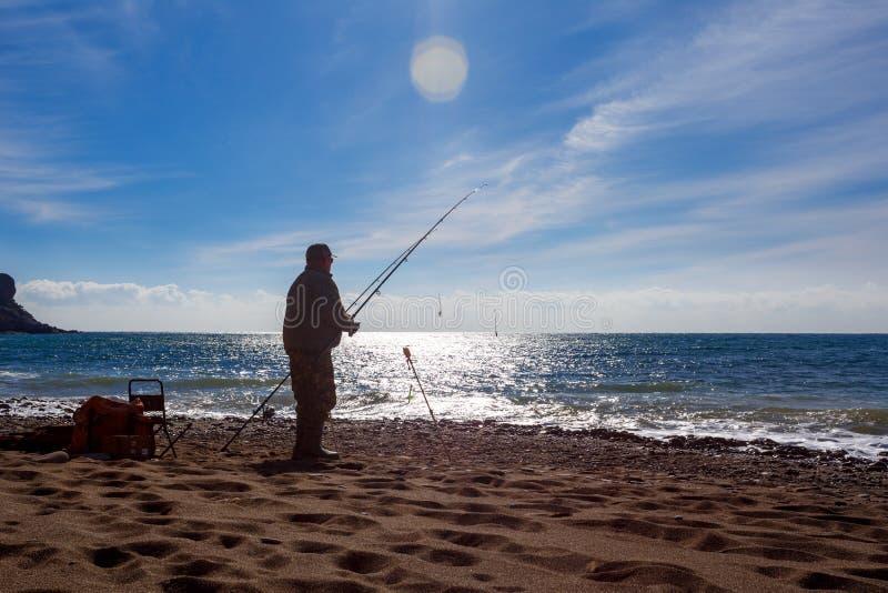 L'été de sport d'hommes de pêcheur de lac de canne à pêche leurrent l'image extérieure de fumet de poisson de lever de soleil de  images stock