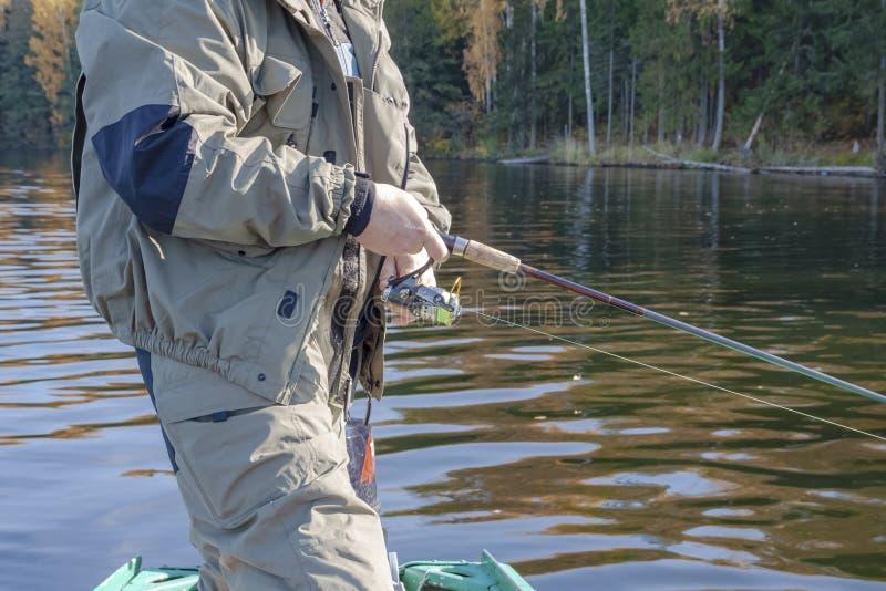 L'été de sport d'hommes de pêcheur de lac de canne à pêche leurrent l'image extérieure de fumet de poisson de lever de soleil de  photographie stock