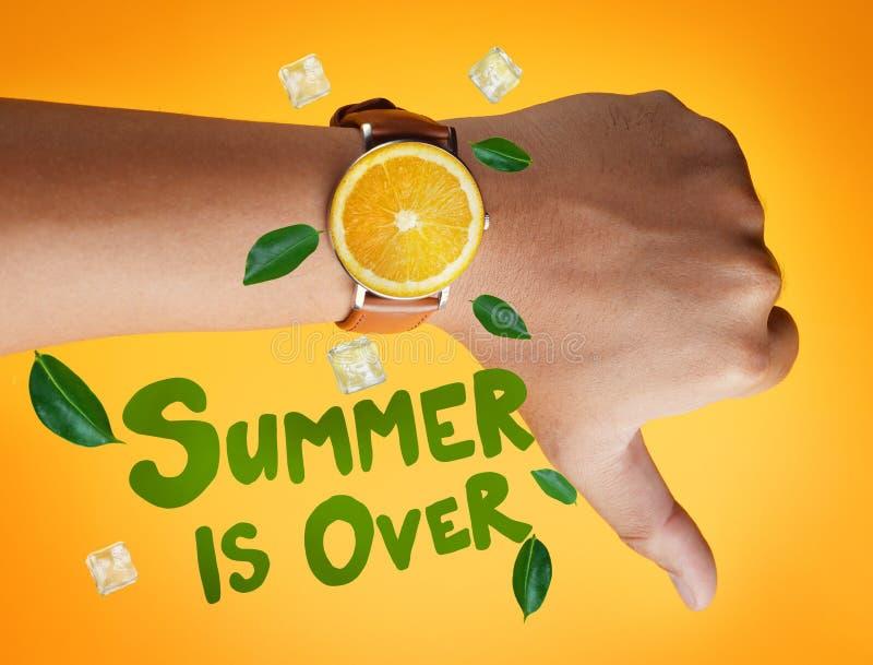 L'été est au-dessus de la typographie Le pouce remettent vers le bas l'orange de port de fruit image stock