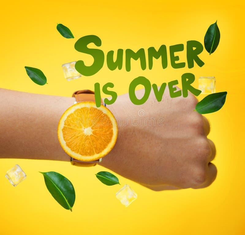 L'été est au-dessus de la typographie Montre orange de port de fruit de main masculine photo libre de droits