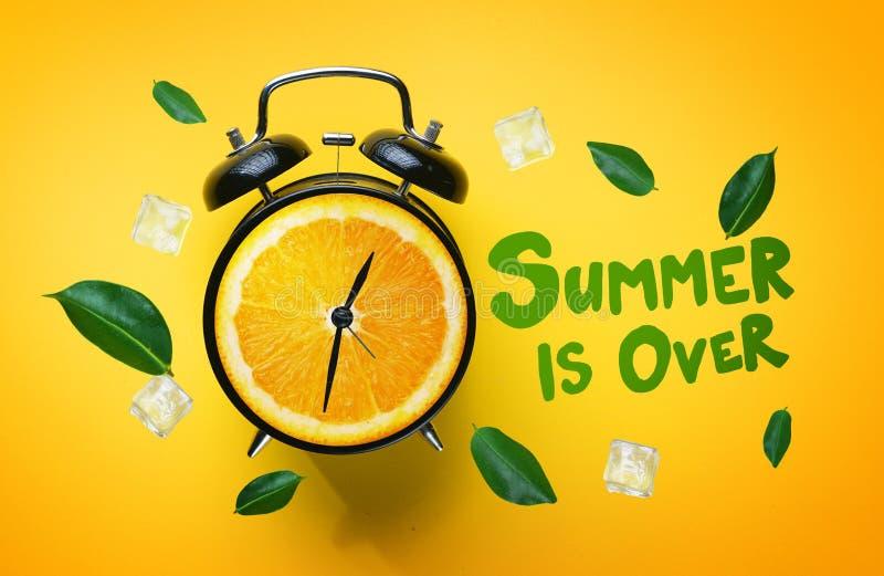 L'été est au-dessus de la typographie Réveil de vert orange Lea de fruit image libre de droits