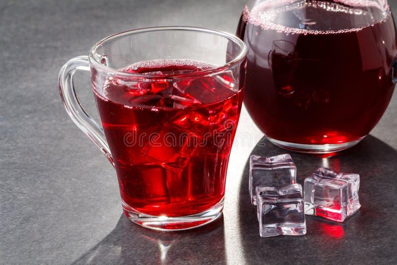 L'été a glacé la boisson - thé ou jus de canneberge avec de la glace images libres de droits