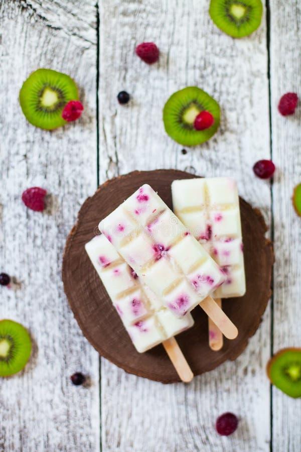 L'été porte des fruits et la sucette faite maison de baie saute la crème glacée  Groupe de photos libres de droits