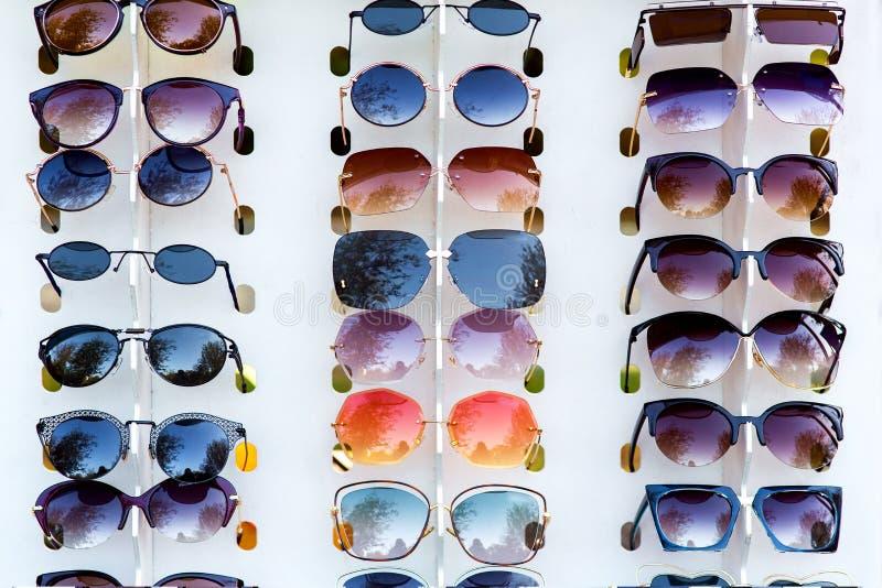 L'étalage avec des lunettes de soleil photo libre de droits