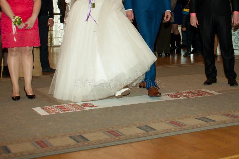 L'étape de jeunes mariés sur la serviette photo libre de droits