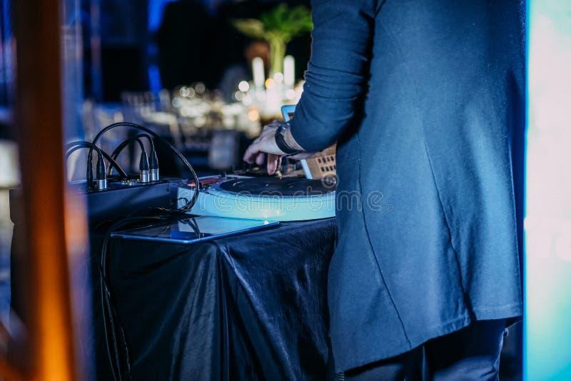 L'étape de scène de musique de transe du DJ exécute l'arrière images libres de droits