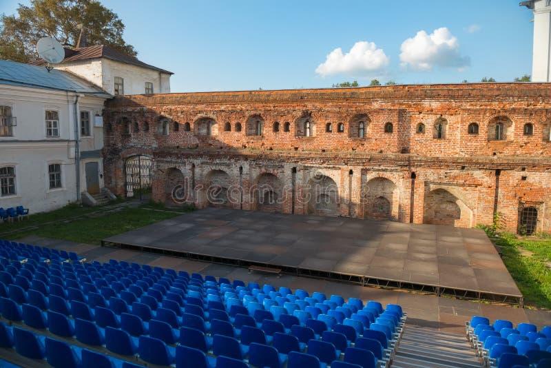 L'étape et les sièges sous le mur de la vieille forteresse photo libre de droits