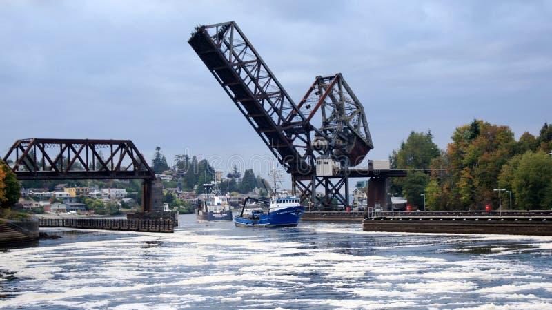 L'ÉTAT DE WASHINGTON DE SEATTLE, ETATS-UNIS - 10 OCTOBRE 2014 : Hiram M Serrures de Chittenden et pont-levis de rail - Salmon Bay photographie stock