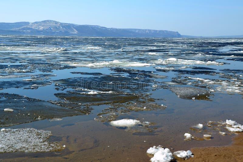 L'étendue large du réservoir de Kuibyshev, remplie de la glace de fonte images stock