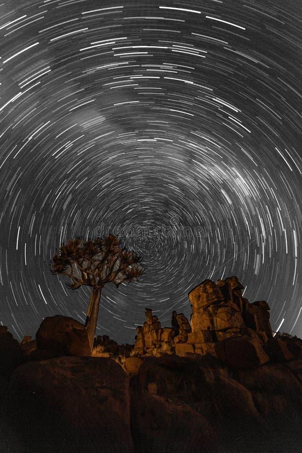 L'étoile traîne le cercle au-dessus des quivertrees photographie stock libre de droits