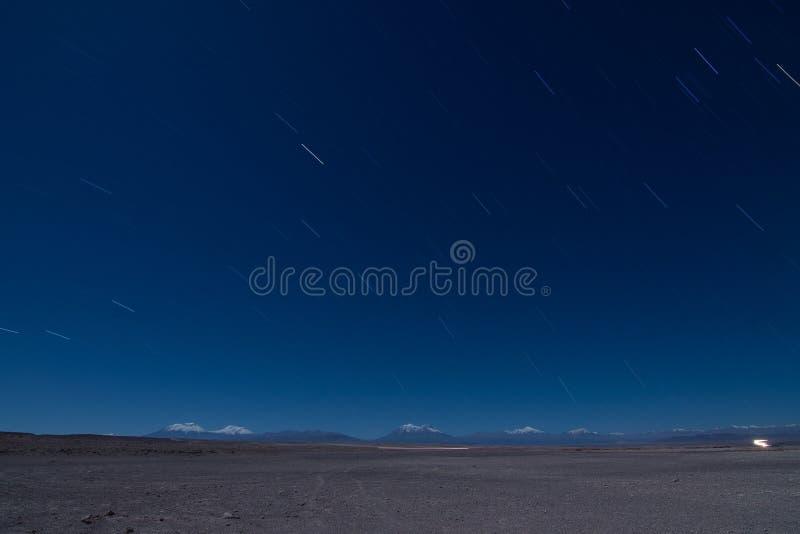 L'étoile traîne pendant la nuit de la montagne des Andes images libres de droits