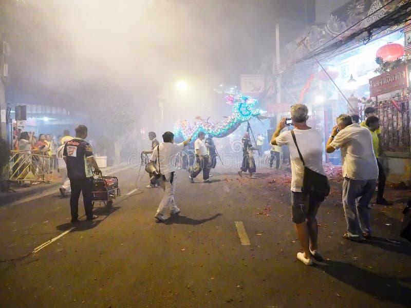 L'étranger de Touries prennent une photo de dragon photo libre de droits