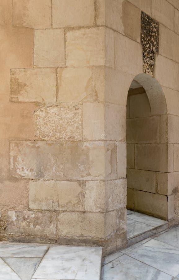 L'étroit âgé a sauté mur de briques de passage et de pierre image libre de droits