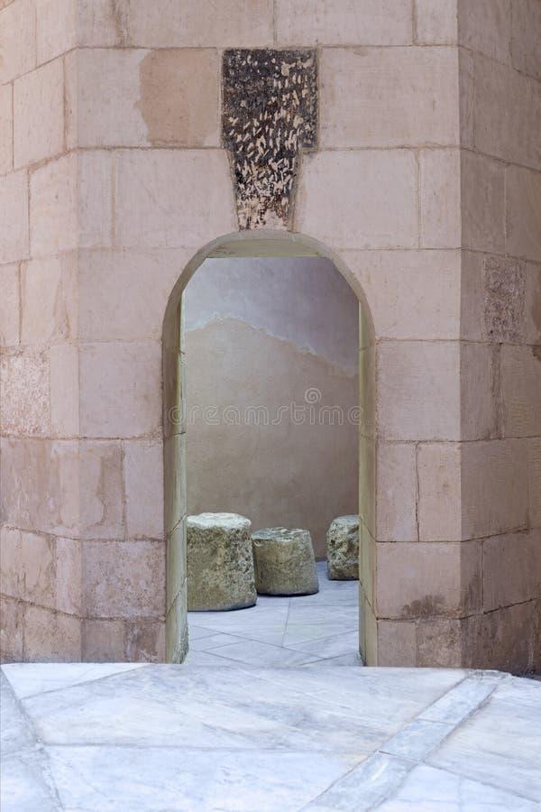 L'étroit âgé a sauté mur de briques de passage et de pierre photo stock