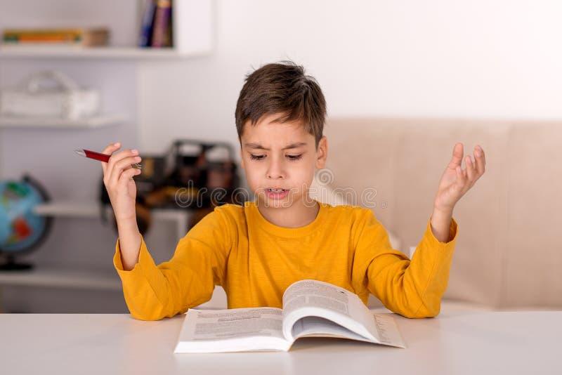 L'étude de garçon à la maison pour l'école images stock