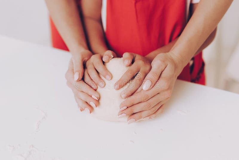 L'étude de maman et de jeune fille font un gâteau cuire au four ensemble photos stock
