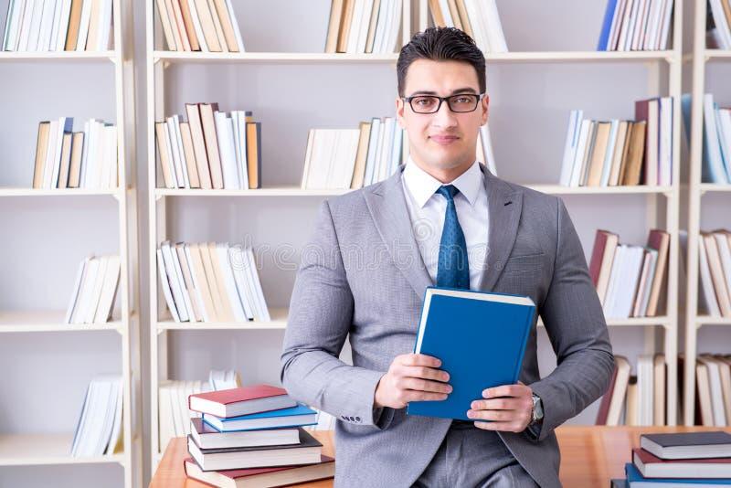 L'étude travaillante d'étudiant de droit des affaires dans la bibliothèque images libres de droits