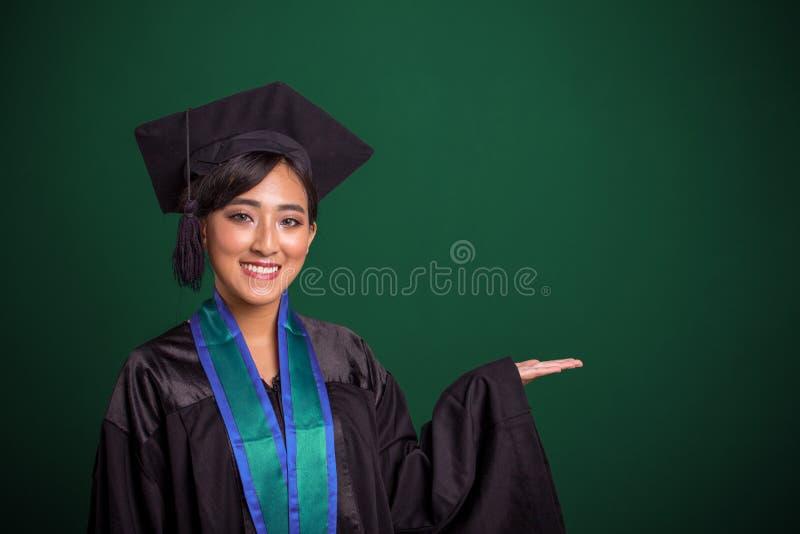 L'étudiant de troisième cycle avec se présenter remettent le tableau photo stock