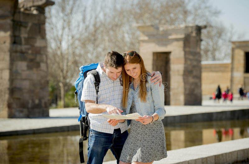 L'étudiant et le touriste américains couplent la carte de ville de lecture dans le concept de tourisme images stock