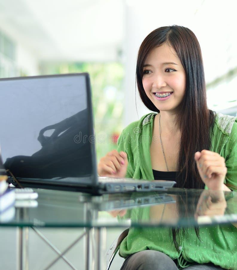 L'étudiant ont de bonnes nouvelles sur l'écran d'ordinateur photos libres de droits