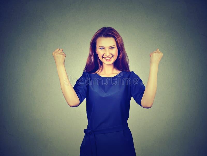 L'étudiant réussi heureux, femme gagnant, poings a pompé célébrer le succès photo stock