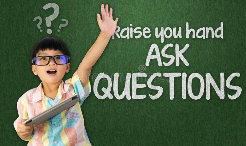 L'étudiant sage soulève la main pour poser la question image libre de droits