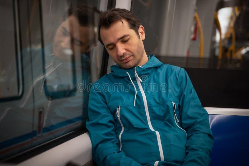 L'étudiant somnolent dort dans le souterrain de métro de train photographie stock libre de droits