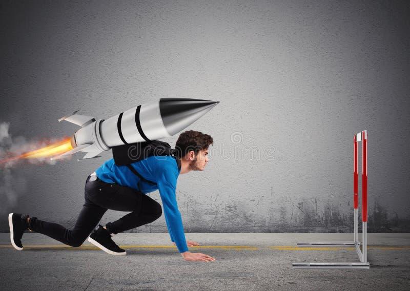 L'étudiant surmonte des obstacles de ses études à grande vitesse avec une fusée images libres de droits