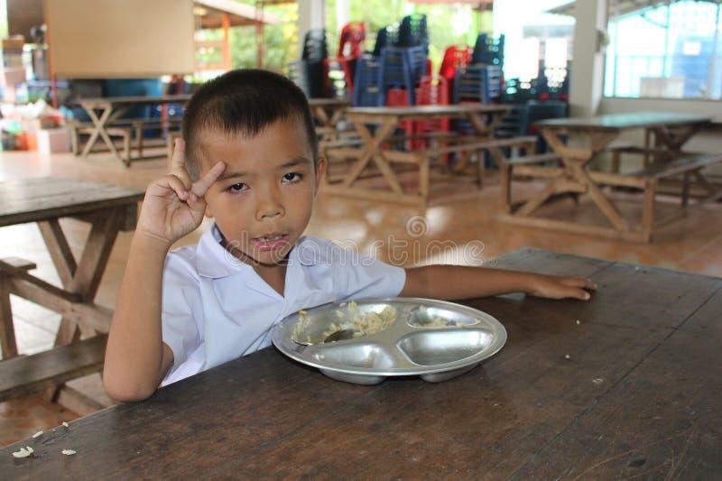 L'étudiant thaïlandais doit apprécier dans le temps de déjeuner photo libre de droits
