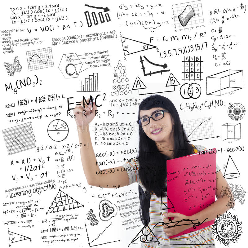 L'étudiante asiatique écrivent sur le tableau blanc images stock