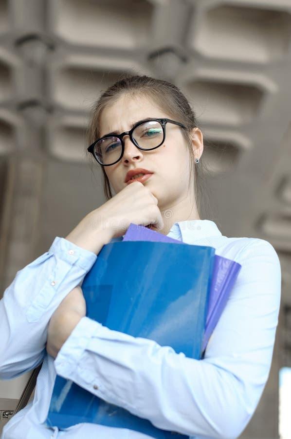 L'étudiante tient des livres image libre de droits