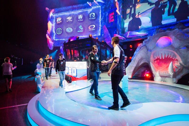 L'événement de cybersport de MOSCOU Dota 2 d'ÉPICENTRE peut 13 Capitaines de virtus de Team Complexity et d'équipe pro se serrant images libres de droits
