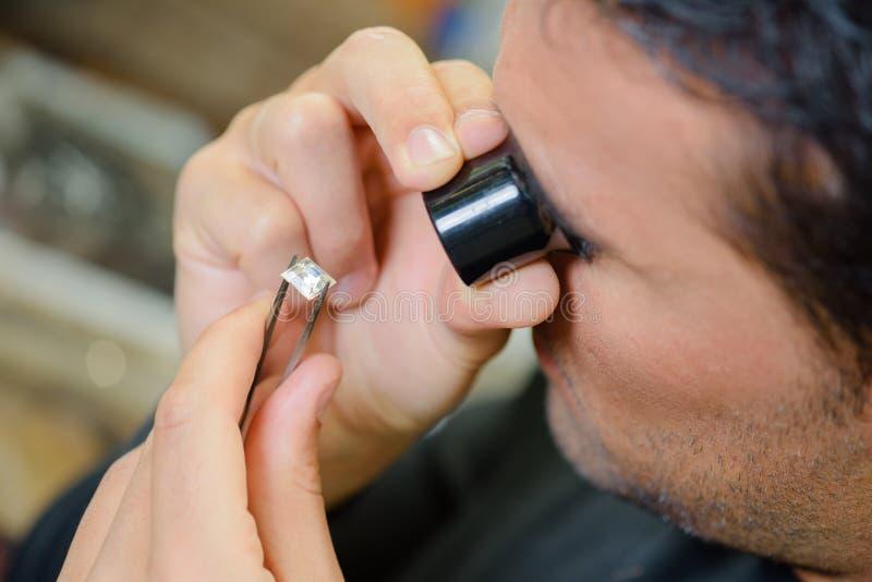 L'évaluation du bijou de qualité image stock