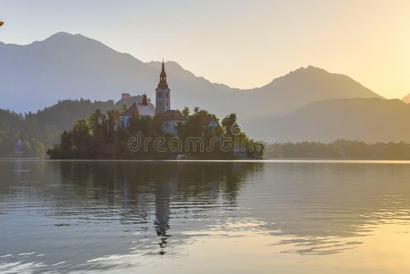 L'île avec l'église dans le lac a saigné le matin flou images libres de droits