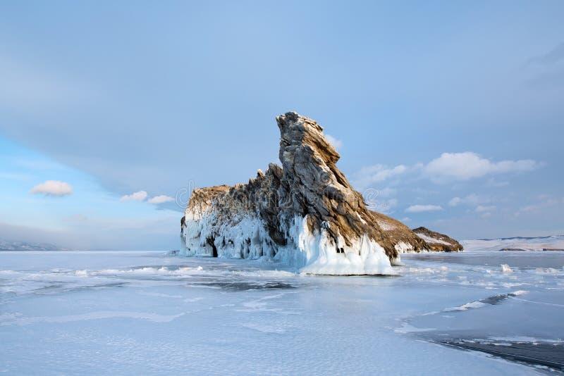 L'île d'Ogoy et le Baikal criqué glacent, lac Baikal photographie stock libre de droits