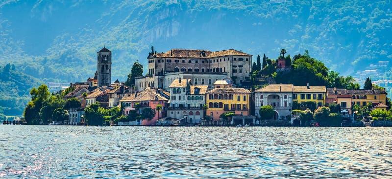 L'île de San Giulio par le lac italien - ` Orta, Piemonte, Italie du lago d images stock