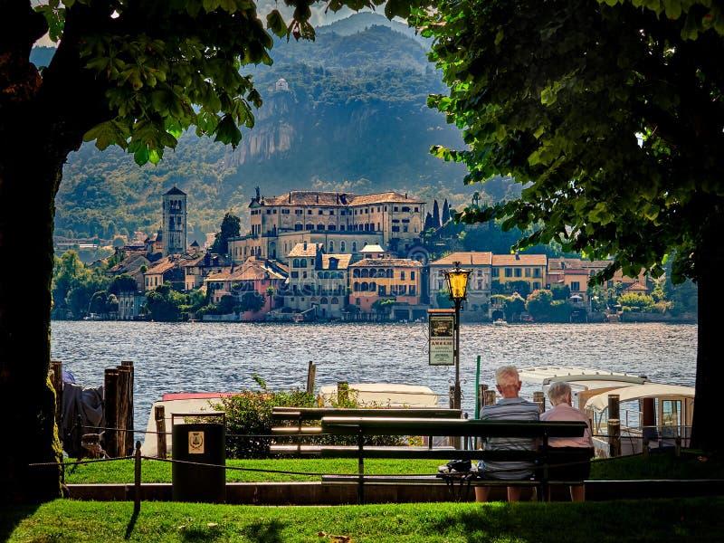 L'île de San Giulio par le lac italien - ` Orta, Piemonte, Italie du lago d photographie stock