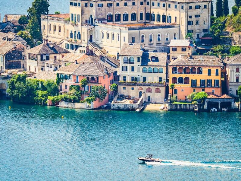 L'île de San Giulio par le lac italien - ` Orta, Piemonte, Italie du lago d photo libre de droits