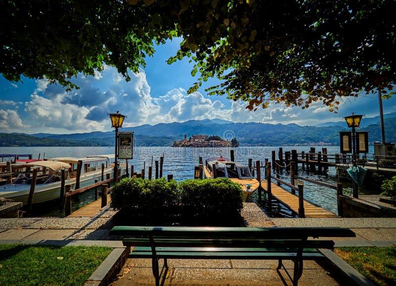 L'île de San Giulio par le lac italien - ` Orta, Piemonte, Italie du lago d image stock