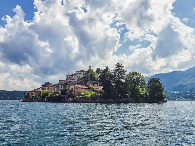 L'île de San Giulio par le lac italien - ` Orta, Piemonte, Italie du lago d photos stock