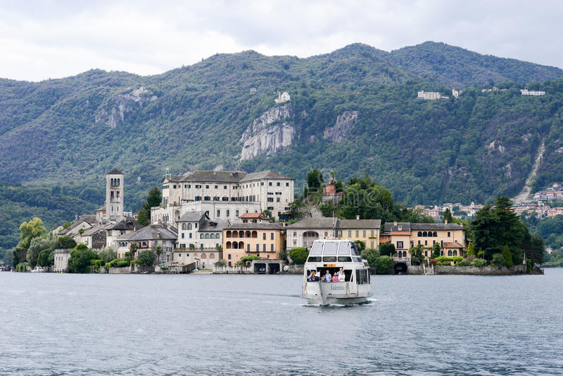 L'île de San Giulio sur le lac Orta images libres de droits