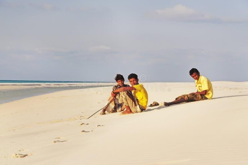 L'île de Socotra, Yémen, le 10 mars 2015 adolescents d'île d'île de Socotra se reposent sur l'océan sur l'île photographie stock