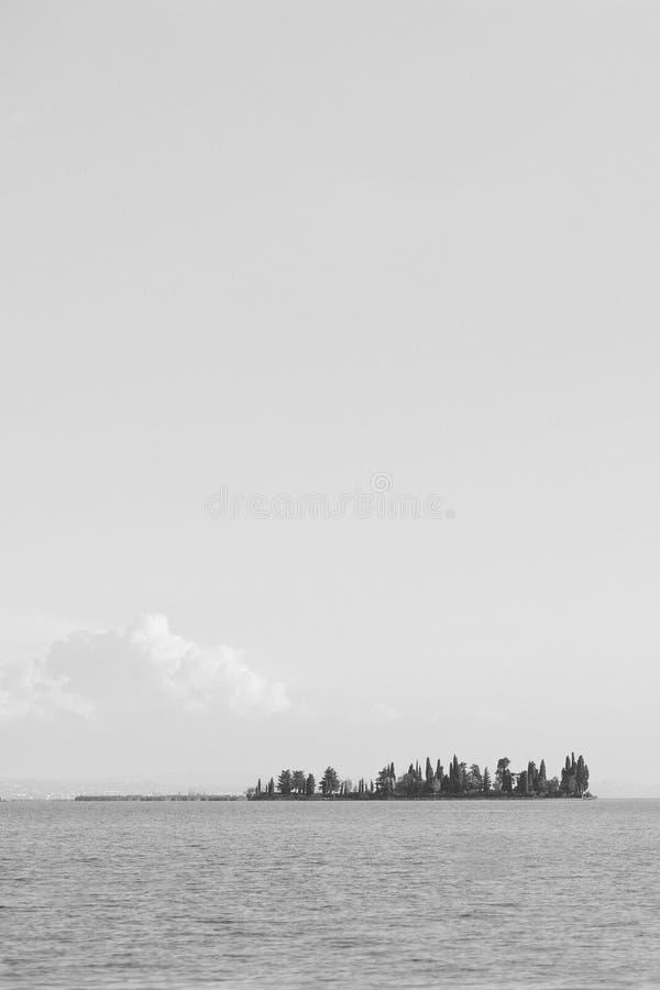 L'île du lapin sur le lac garda image libre de droits