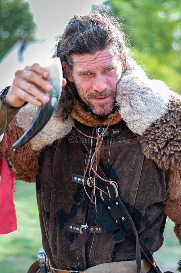 2018-10_06 L`Île Sur La Sorgue (France) Viking qui dit de la joie avec une tasse de corne, éditorial images libres de droits
