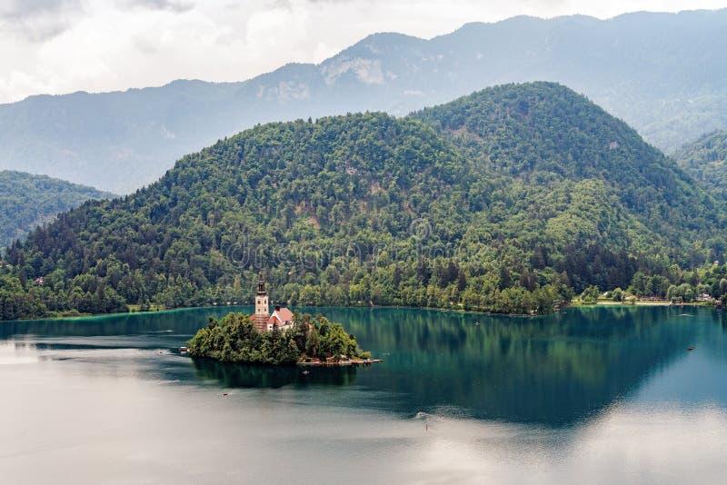L'île sur le lac saigné photo stock