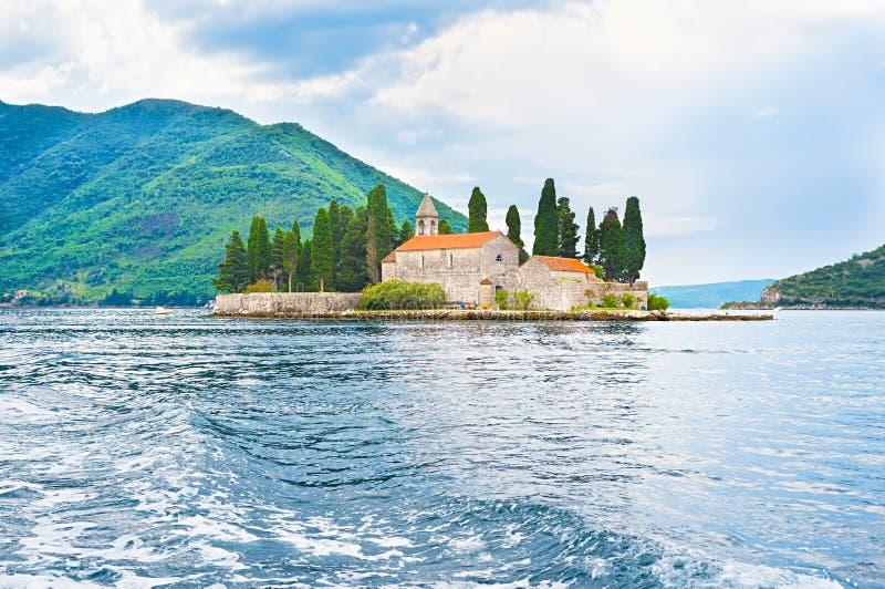 L'îlot avec le monastère photographie stock libre de droits